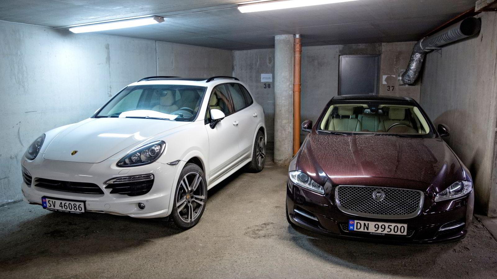 LIME: Biler tilknyttet Lime-gründeren - en Porsche Cayenne og Jaguar. Foto: Aleksander Nordahl