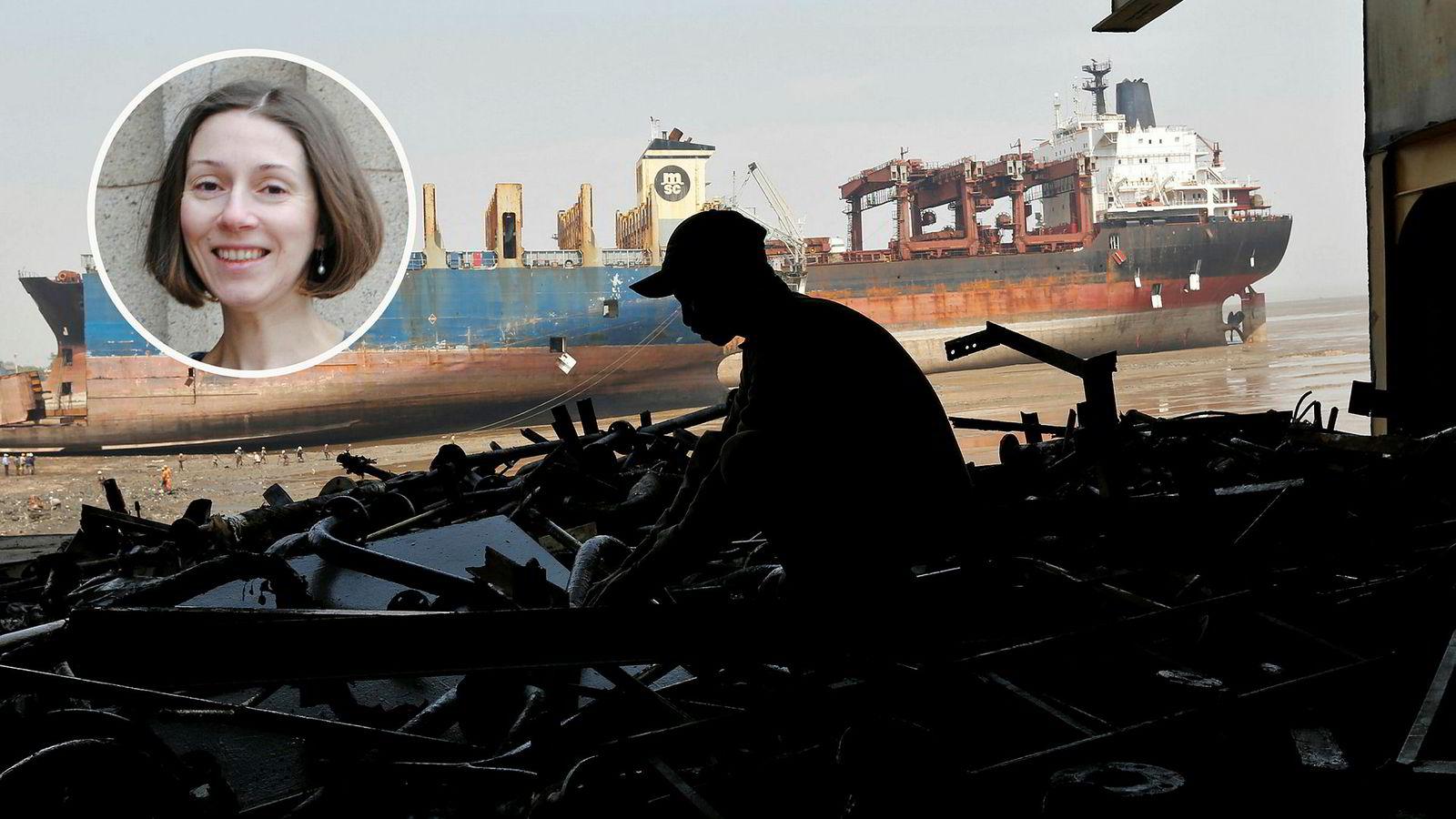 En arbeider sorterer deler av en motor på et vraket skip på stranden i Alang i India i 2015. Det var i denne byen to norske skip ble hugget opp tidligere i 2019.