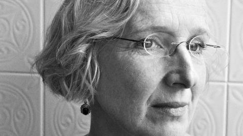 Lyriker Hanne Bramness håper litteraturprisen til hennes svenske kollega gjør at genren får mer oppmerksomhet. Foto: Cappelen Damm