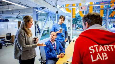 Danae Ringelmann (fra venstre), Bill Harris og Alex George jobber gratis for StartupLab for å gi unge gründere råd og samtidig selv være del av en innovativ kultur. De deler bord med syv andre såkalte «Executive in Residence».