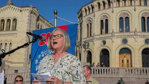 Leder Rita Helgesen i Norsk Lektorlag under en appell utenfor Stortinget i fjor. Som deltaker i regjeringens eksamensutvalg stiller hun seg kritisk til å avvikle dagens trekkordning