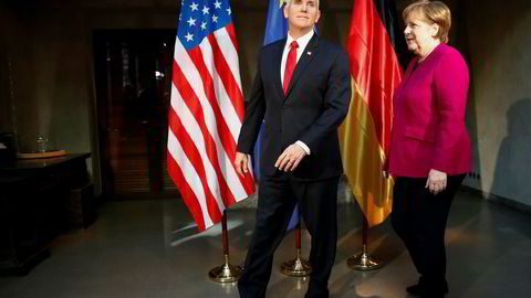 Den tyske statsministeren Angela Merkel og USAs visepresident Mike Pence før et møte under sikkerhetskonferansen i München.