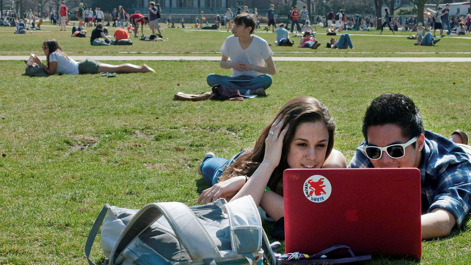 Studenter ved University of Illinois leser på campus.