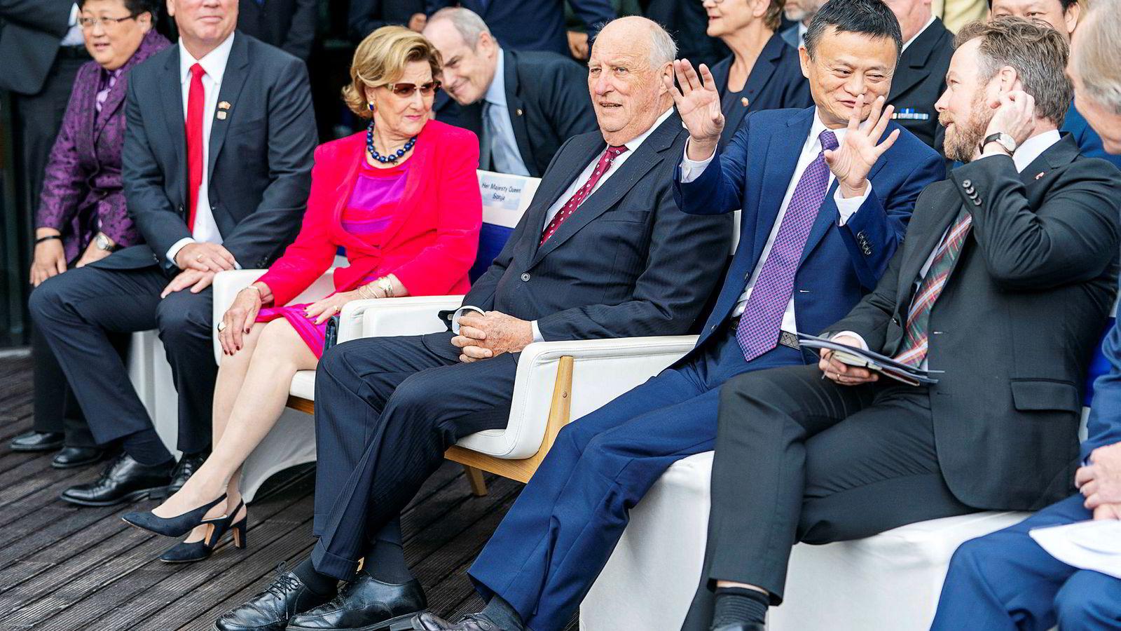 Alibaba-grunnlegger Jack Ma hadde hedersplassen da det norske kongeparten besøkte Kina i fjor høst. Asias rikeste mann mener at lange arbeidsdager er viktig og riktig – for selskaper og ansatte. «996»–kulturen diskuteres heftig på sosiale medier i Kina.