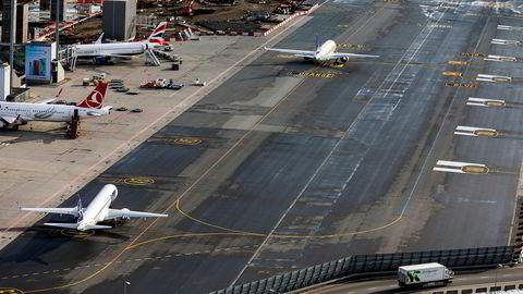 Noe av det mest helseskadelige i eksos er nitrogenoksider. Fly slipper ut mye. På flyplasser er det mye av denne gassen. I tillegg kommer klimagassutslippene fra forbrenningen av selve drivstoffet.