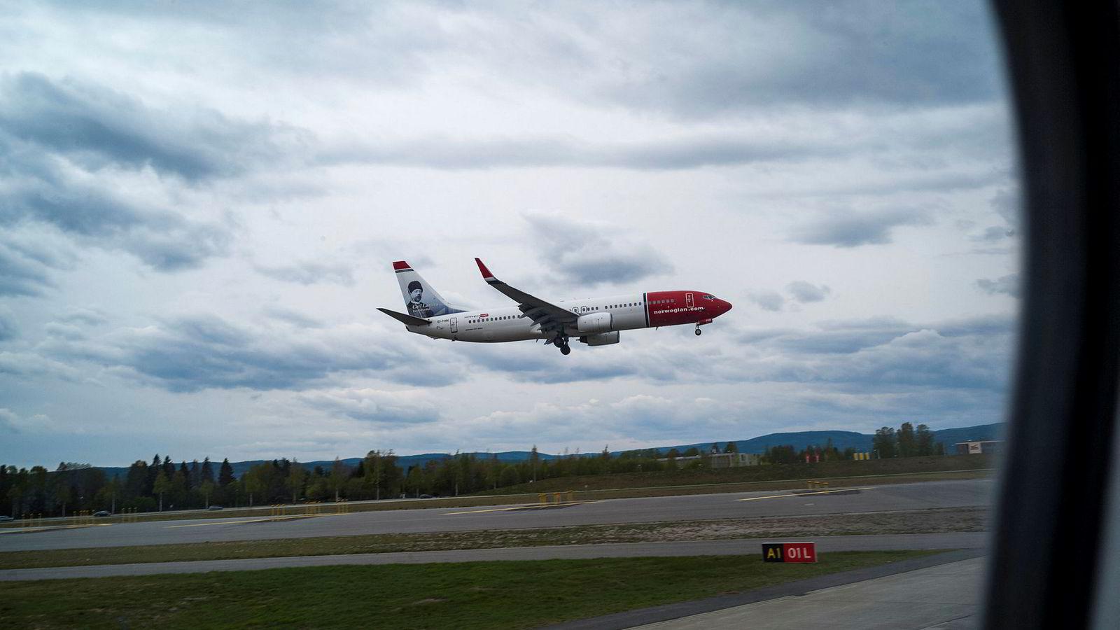 Et Norwegian fly går inn for landing på Oslo Lufthavn Gardermoen. ---