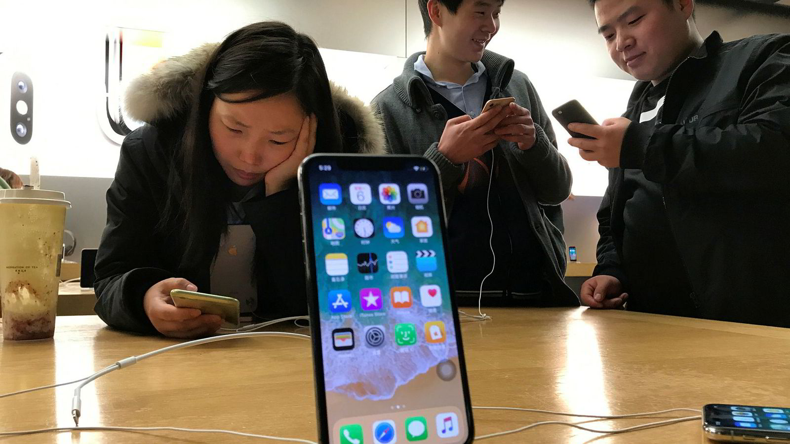 Kina har sørget for høy vekst for Apple i flere år. Markedet er mettet og lokale smarttelefonprodusenter tar markedsandeler fra Apple. Huawei har gått forbi Apple og blitt verdens nest største smarttelefonprodusent.