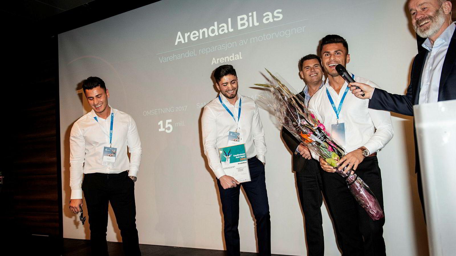 Dani Faranso (til venstre), Fadi Faranso, Trond Baade og Remon Faranso i Arendal Bil ble tirsdag kåret til årets gasellevinner i Aust-Agder av DNs sjefredaktør Amund Djuve.