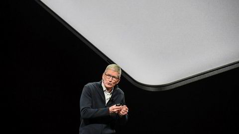 Apple-sjef Tim Cook leverer bedre enn ventet. Men markedet gir ham en kald skulder og sender aksjekursen ned.