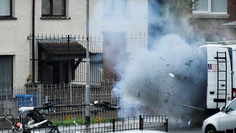 En bilbombe går av i Londonderry i Nord-Irland søndag. Denne gangen var det politiet som utførte en kontrollert eksplosjon av det de mener var en terrorbombe.