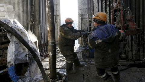Ansatte jobber på en borerigg ved Rosneft-eide Samotlor oljefelt utenfor Vest-Sibir i Russland. Foto: Sergei Karpukhin / Reuters / NTB Scanpix