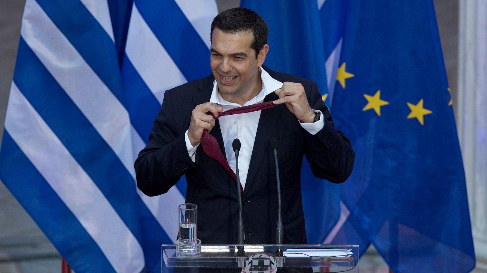 Den greske statsministeren Alexis Tsipras er kjent for å gå uten slips «helt til gjeldsproblemet var løst.» I slutten av juni tok han på seg slips da han kunngjorde avtalen med kreditorene. På slutten av talen tok han det av igjen.