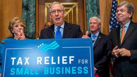 Senatets republikanske leder Mitch McConnell holder pressekonferanse om skattereformen torsdag kveld.