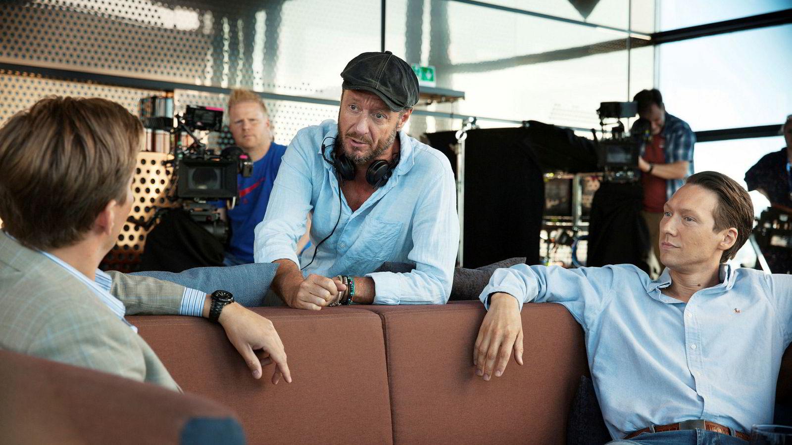 NRK-serien «Exit» handler om fire norske finansmenn og deres ikke helt gjennomsnittlige livsførsel. Her er serieskaper Øystein Karlsen (i midten) i ferd med å instruere skuespillerne Tobias Santelmann (til venstre) og Simon Berger.