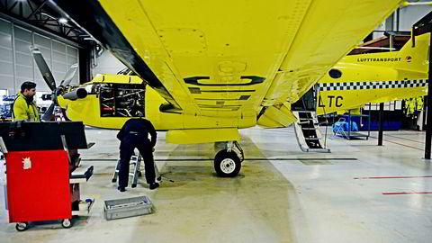 Et luftambulansefly fra Lufttransport er inne til service i servicehangaren på Tromsø Lufthavn.