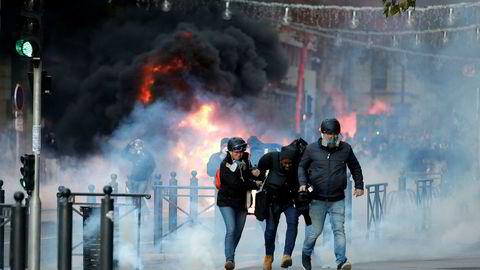 Biler ble satt i brann da demonstrasjonen i Marseille eskalerte lørdag.