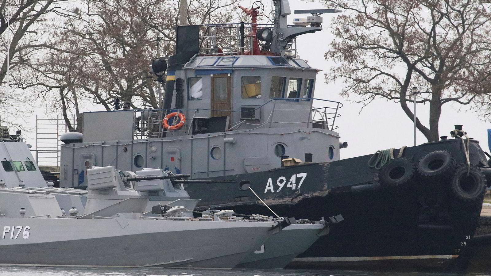To av de ukrainske skipene, en pansret kanonbåt og en slepebåt, som russerne søndag tvang inn til den russiske havnebyen Kertsj.