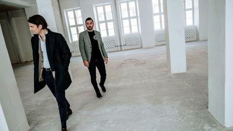 Nordmennene Thomas Neslein (til venstre) og Hicham Chahine er styreleder og daglig leder i Ninjas in Pyjamas. Her i de nye spillokalene de bygger i Stockholm. Chahine sluttet som hedgefondforvalter i Formuesforvaltning for å bygge esportlaget, som nå er verdsatt til 400 millioner kroner.
