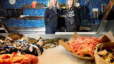 Administrerende direktør i Norges sjømatråd, Marianne Johnsen (til høyre), ansatte daglig leder Renate Larsen. Hun mener kvinner ofte blir utelatt fra konkurransen om topplederstillingene.