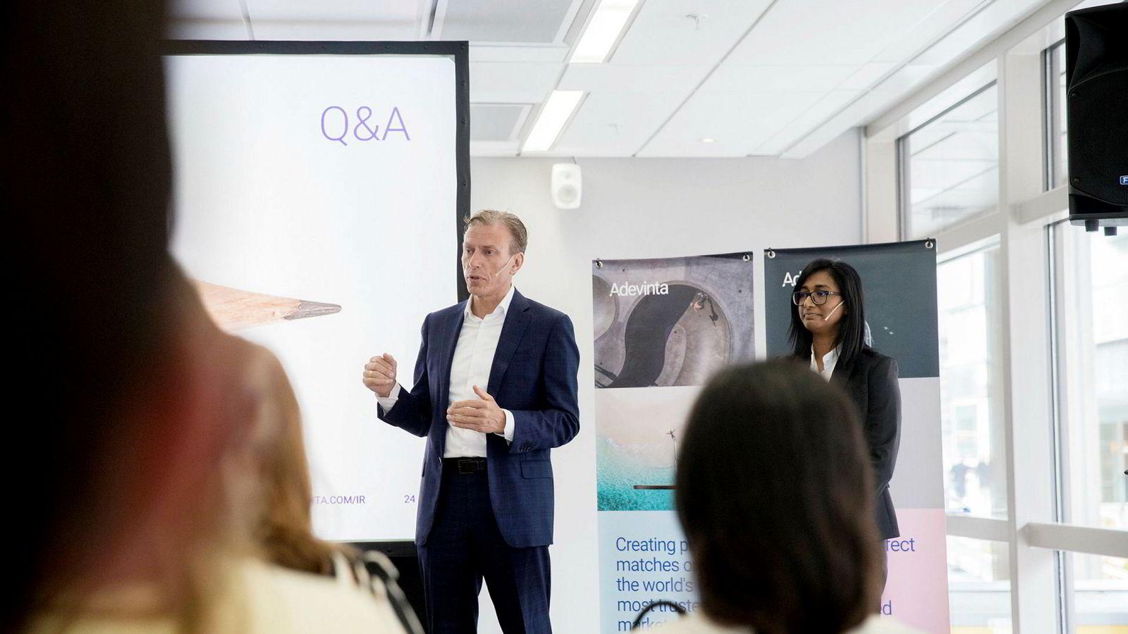 Etter ti år som konsernsjef i Schibsted er Rolv Erik Ryssdal blitt administrerende direktør i det internasjonale rubrikkselskapet Adevinta. Til høyre finansdirektør Uvashni Raman.