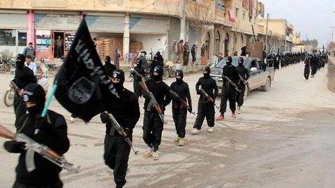 ISIL-fotsoldater marsjerer gjennom den syriske byen Raqqa. Bildet ble postet på internett i januar 2014.                    Foto: