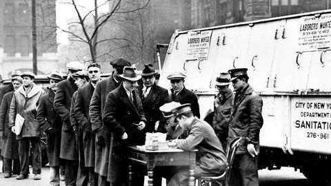 Medisinen som Trump foreskriver, er ikke løsningen. Etter børskrakket i 1929 økte USA tollsatsene for å beskytte amerikanske arbeidsplasser. Det utløste handelskrig og stup i verdenshandelen. Bildet fra 1934 viser arbeidsledige i kø for å få måke snø i New York. Foto: AP/NTB Scanpix