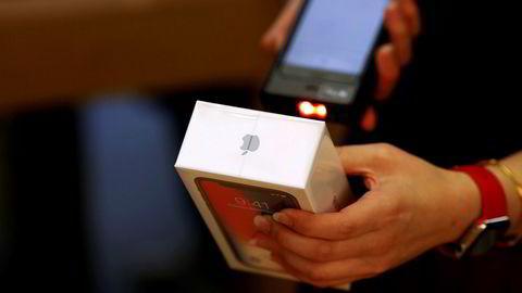 Arkivbilde. En Iphone X blir solgt til en kunde i Beijing. Iphone-salget i Kina vil sette tonen for lønnsomheten til Apple i kvartalene som kommer.
