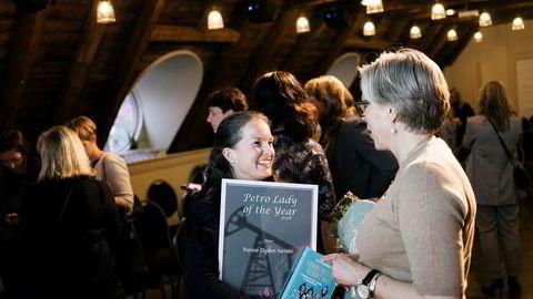 Oljeforegangskvinne Maria Moræus Hanssen (til høyre) snakker med Therese Elisabet Aarnæs som onsdag kveld ble kåret til Petro Lady of the year 2018 under møtet til Petro Ladies Club, en interesseorganisasjon for kvinner i oljebransjen.
