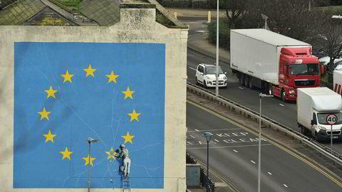 Det tikker ubønnhørlig ned mot skilsmissedatoen mellom Storbritannia og EU. Her slik popartisten Banksy ser det, på en mur i Dover. Maleriet forestiller en arbeider som hugger vekk en av stjernene i EU-flagget.