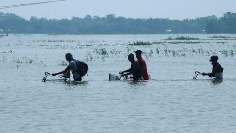 Millioner av mennesker i India har forlatt sine hjem på grunn av enorme oversvømmelser. Bildet er fra Boko i Kamrup-distriktet i regionen Assam. Samtidig herjer tørken i andre deler av India.