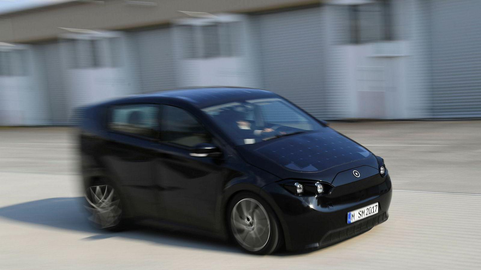 Den delsvis soldrevne elbilen Sion kan bli å se på veiene neste år. På bildet tester en av de ansatte hos bilprodusenten Sono Motors i forrige uke en prototype av bilen.