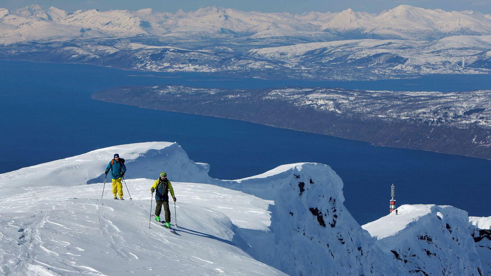 Ronny Dahl og Arnt Øverbyhagen har festet feller under skiene for å ta seg opp til Mørkhola fra Linken, som er heissystemets øverste punkt