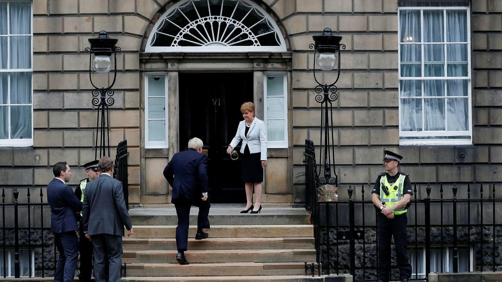 Boris Johnson møtte buing fra oppmøtte og klare advarsler mot en hard brexit, da han mandag møtte Skottlands politiske leder Nicola Sturgeon.