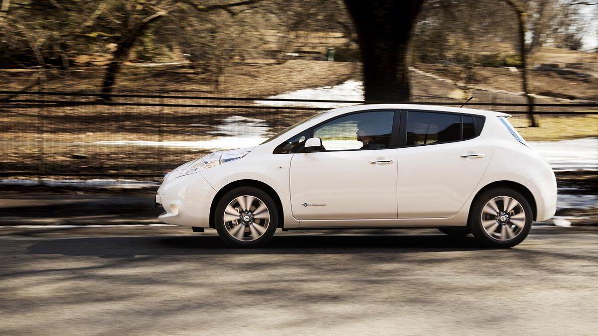 Leaf ligger godt på veien, og kjører omtrent som en hvilken som helst konvensjonell kompaktbil.