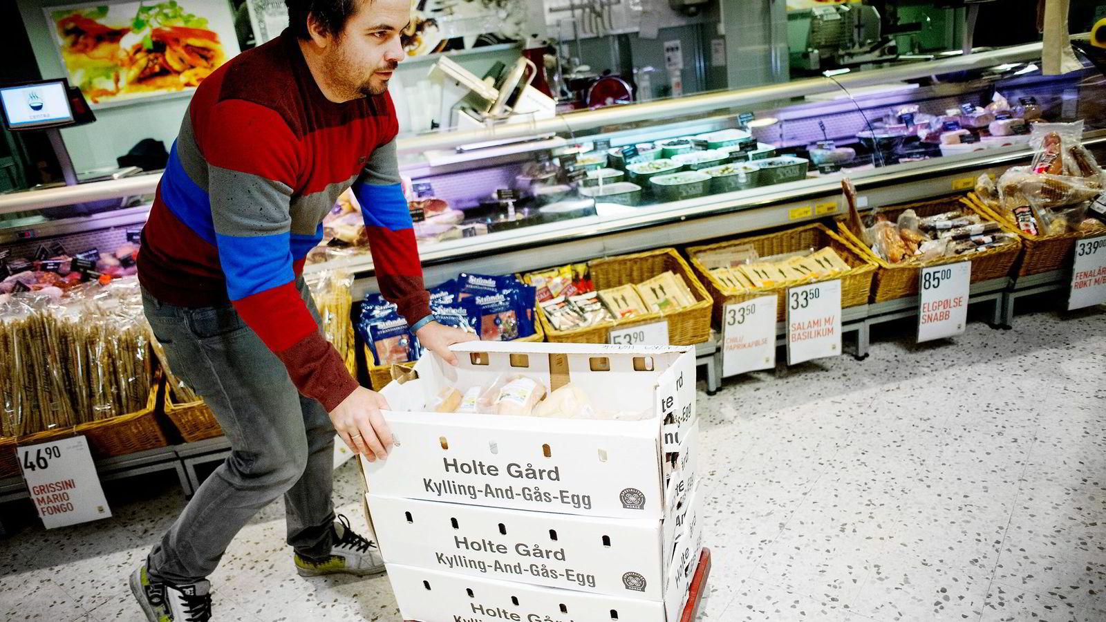 ØKER. Selv om prisen er høyere enn hos mange av konkurrentene, opplever Magnus Olsen økt etterspørsel etter sin kylling fra Holte gård.
