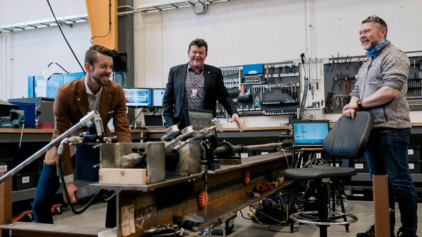 Well Innovation-sjef Per Bjarte Tanche-Larsen (i midten) går sammen med Magnus Øgård Meisal (til venstre) i Innovation Dock for å lage et nytt akseleratorprogram med 50 millioner kroner i potten. Til høyre Trond Arild Tveit, testingeniør i Well Innovation.