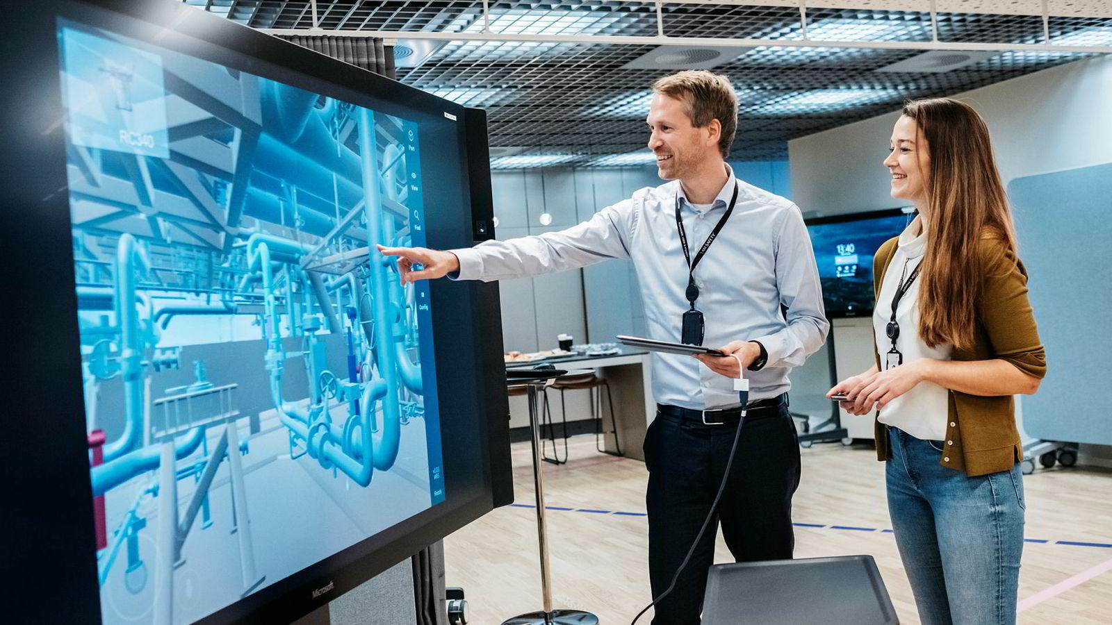 Equinors digitaldirektør Torbjørn F. Folgerø og leder for digitalisering i Johan Sverdrup Trine Svalestad viser frem skjermer med Sverdrup-feltets digitale tvilling. Her kan flere arbeidere være pålogget og se hverandre. Teknologien er den samme som multiplayer dataspill.