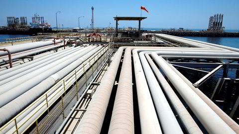 Over 70 prosent av den saudiarabiske oljeeksporten havner hos asiatiske kjøpere. Kina frykter helgens angrep mot saudiarabiske oljeinstallasjoner skal føre til en eskalering av konfliktene i Midtøsten og et mulig angrep mot Iran. Her blir en oljetanker lastet ved Aramcos anlegg i Ras Tanura i Saudi Arabia.