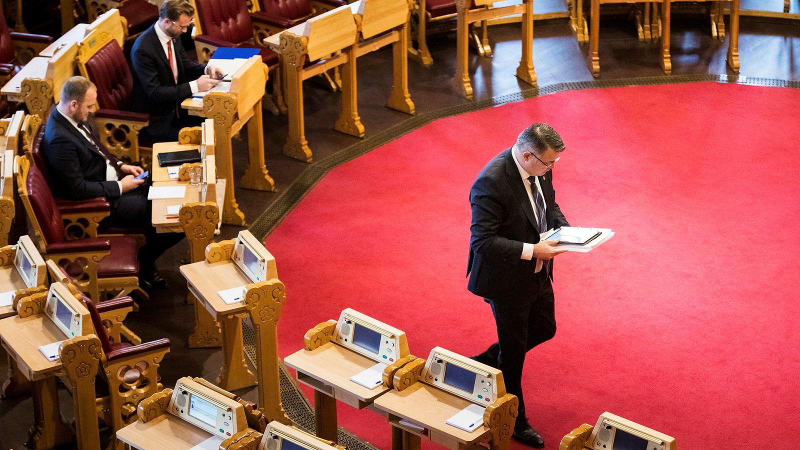 Olje- og energiminister Kjell-Børge Freiberg hadde med seg et nettbrett fullt av ferdigskrevne utkast til svar da han for første gang stilte i Stortingets spontanspørretime.