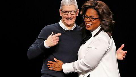 Apple-sjef Tim Cook lanserte abonnementstjenester for magasiner, spill og film og tv-serier mandag kveld. Her sammen med talkshow-programlederen Oprah Winfrey som skal lage innhold på tjenesten.