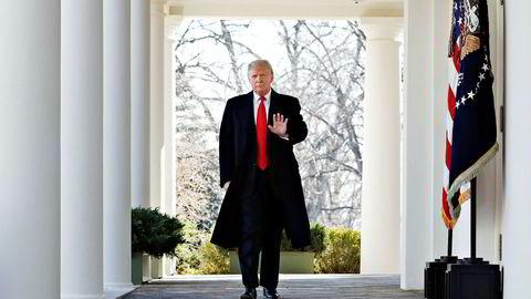 Forhandlerne har forlatt Kina og skal møte den amerikanske presidenten i Mar-a-Lago. Her er Trump på vei til å møte pressen utenfor det Det hvite hus for å annonsere gjenåpningen av statsapparatet i slutten av januar.