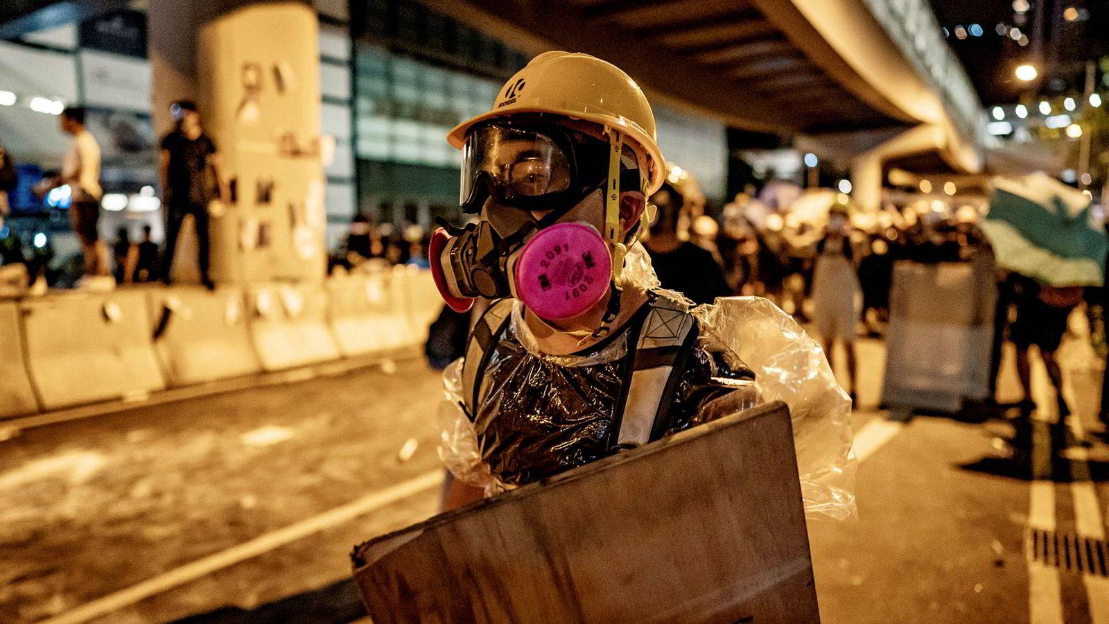 Demonstranter tok seg inn i Hongkongs lovgivende forsamling og ramponerte lokalene uten innblanding fra politiet. En pressetalsmann i det kinesiske utenriksdepartementet mener det er hyklersk at USA og EU ikke kritiserer demonstrasjonene.