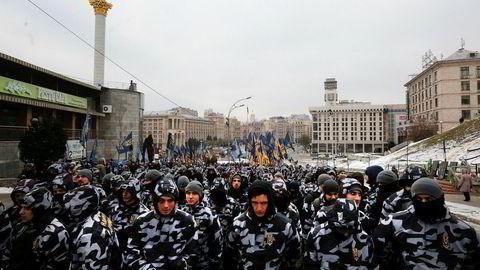 Konflikten mellom Russland og Ukraina har på nytt blitt anspent, og ført til protester i Kiev. Her demonstrerer en høyrevridd paramilitær gruppe foran presidentens kontor i hovedstaden forrige uke.