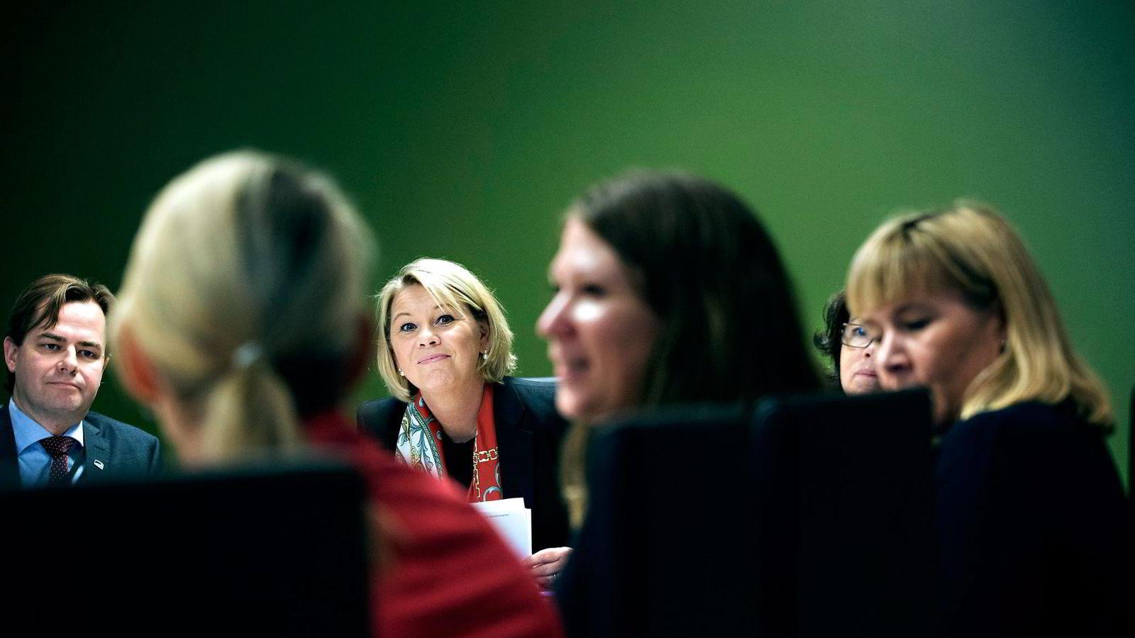 Næringsminister Monica Mæland (i midten) inviterte kvinnelige næringslivsledere til Nærings- og fiskeridepartementet for å få tips om likestilling. Ved Mælands side sitter statsrådkollega Solveig Horne. Foto: Fredrik Solstad