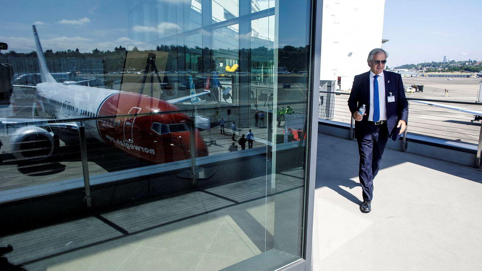 I 2017 var Norwegian-sjef Bjørn Kjos (bildet) på Boeings flyfabrikk i Seattle nordvest i USA for å hente hjem sitt første Boeing 737 Max-fly. I dag har Norwegian 18 fly av denne typen, og tirsdag ble alle parkert midlertidig.