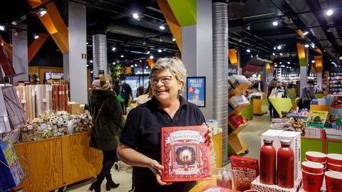 Tine Lien daglig leder i Tanum viser her frem boken «Snøsøsteren».