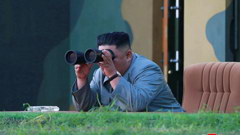 Nord-Koreas leder følger med på torsdagens våpentest, i dette udaterte bildet fra landets sentrale nyhetsbyrå (KCNA).