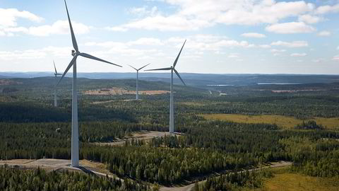 I dag bruker vi milliarder av kroner på å subsidiere utbygging av landbasert vindkraft i Sverige, samtidig som hundrevis av millioner kroner i forskningsstøtte går tapt i norske selskaper som aldri får fotfeste i produksjon. Her fra Stamåsen vindpark i Sverige, som er drevet av Statkraft. Foto: Torbjörn Bergkvist/Statkraft