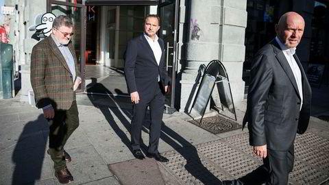 Mads Jacobsen (i midten) avdramatiserer det store underskuddet i hotellselskapet Belvar. Her sammen med Asmund Haare (til venstre) og Rune Firing i fjor høst da det ble kjent at Belvar slår seg sammen med First Hotels.