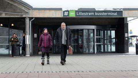 Næringssjef Maria Hoff Aanes og Skedsmo-ordfører Ole Jacob Flæten vil ha NRKs nye hovedkvarter hit til Lillestrøm bussterminal.